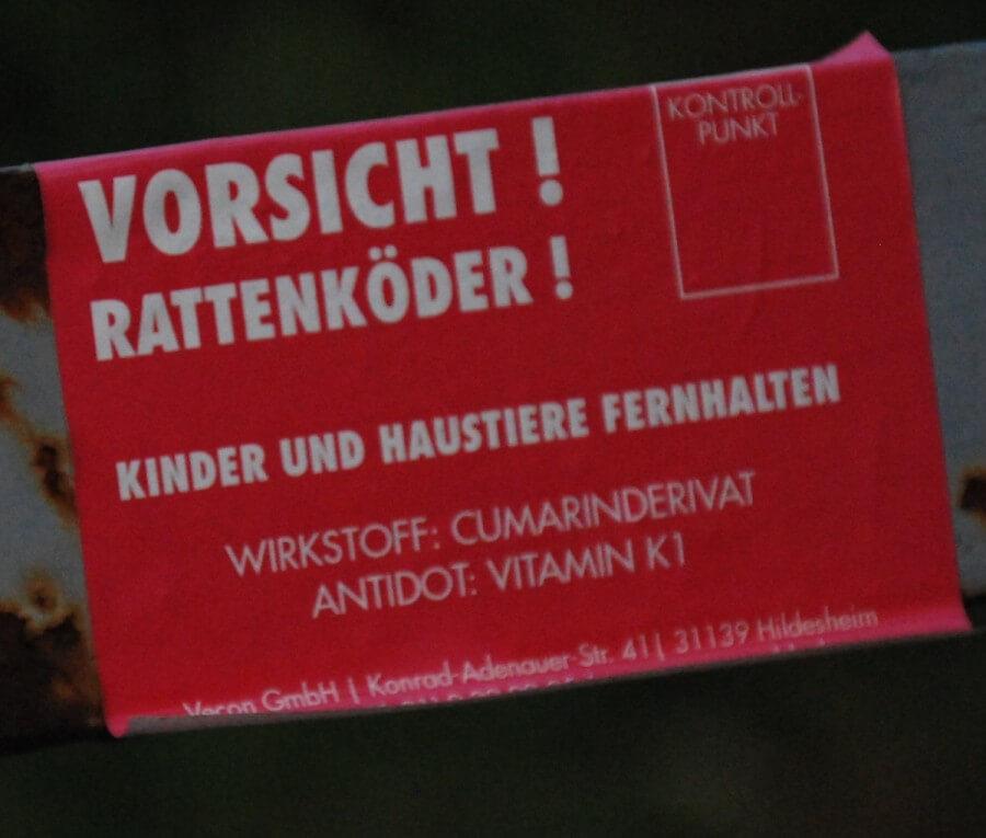 Hinweistafel für die Ausbringung von Rattengift.